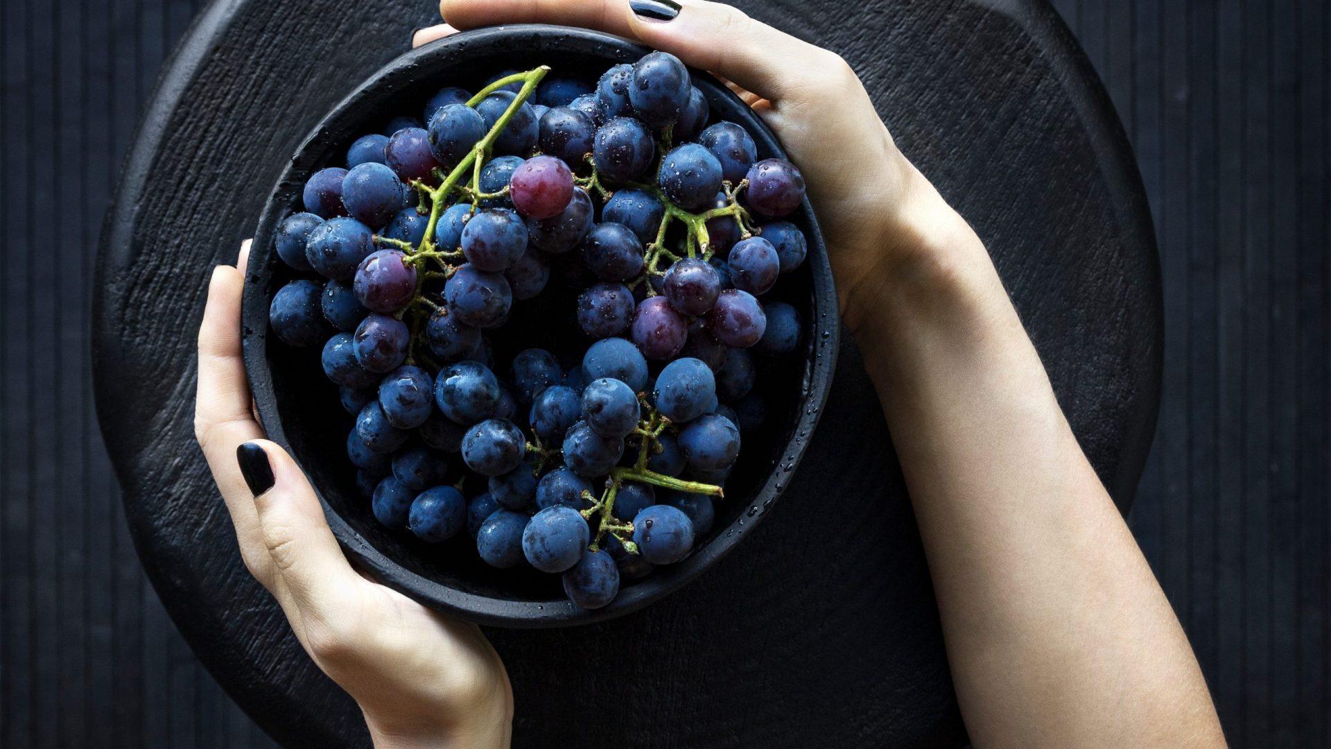grapes hand-2602312